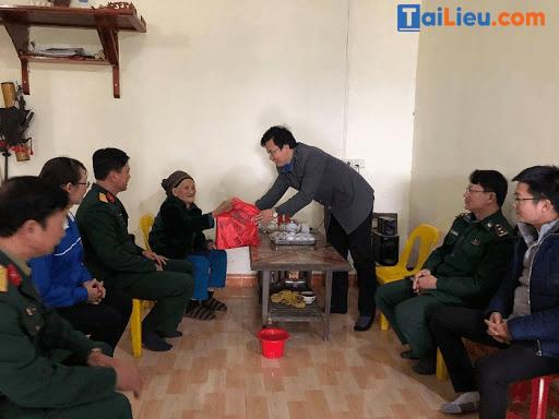 Cán bộ trao quà cho bà mẹ Việt Nam anh hùng